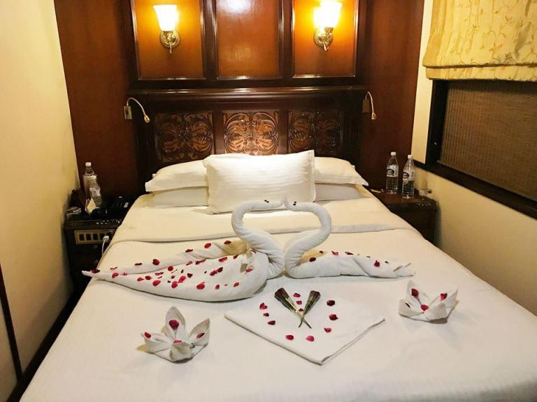 maharajas-express-bed-with-swans