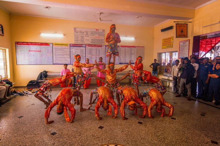 maharajas-express-train-welcome-ceremony-dancers