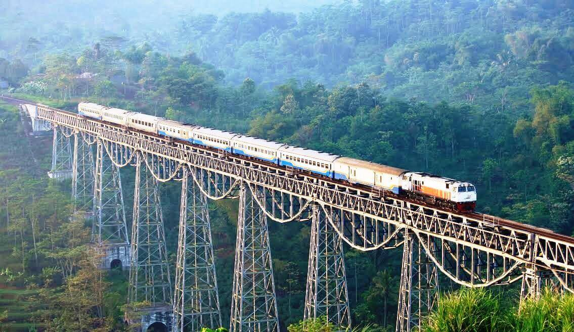 indonesias-argo-gede-train-railroad